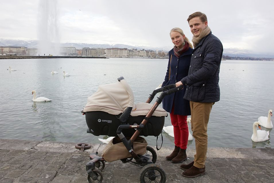 Junges Familienglück: Erzherzogin Gabriella und ihr Verlobter, Prinz Henri, genießen einen gemeinsamen Spaziergang mit Tochter Victoria am Genfer See.
