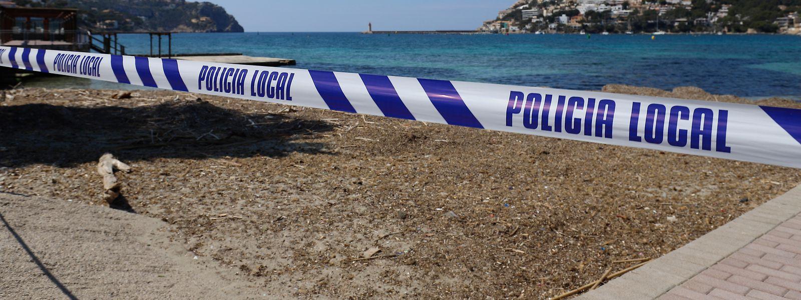 Ein gesperrter Strand in Port Andratx auf Mallorca. Die Urlaubssaison 2020 droht ins Wasser zu fallen.
