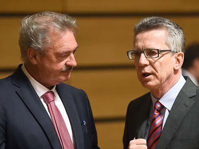 Der luxemburgische Außenminister Jean Asselborn im Gespräch mit dem deutschen Innenminister Thomas de Maizière (r.).