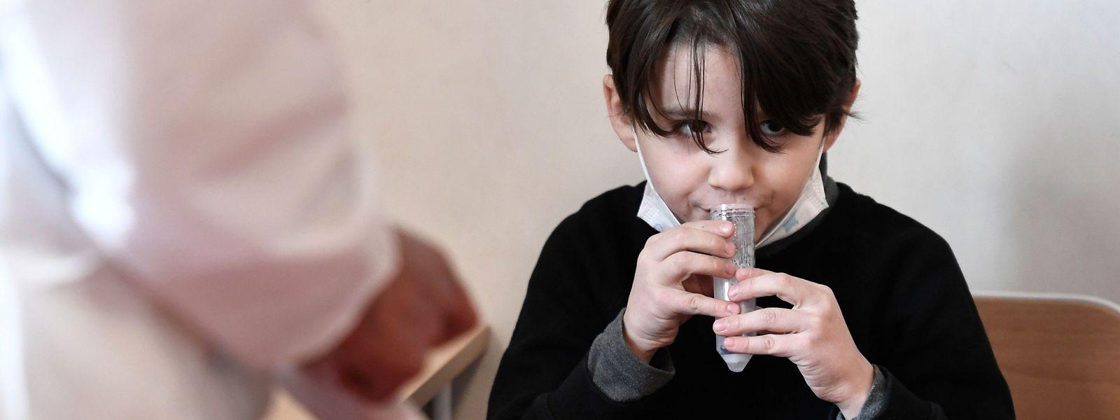 Le ministère de l'Education pourrait retenir ce type de test salivaire pour les plus petits.