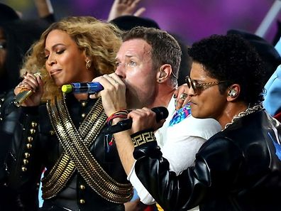 SANTA CLARA, CA - FEBRUARY 07: Beyonce, Chris Martin of Coldplay and Bruno Mars perform during the Pepsi Super Bowl 50 Halftime Show at Levi's Stadium on February 7, 2016 in Santa Clara, California.   Ronald Martinez/Getty Images/AFP == FOR NEWSPAPERS, INTERNET, TELCOS & TELEVISION USE ONLY ==