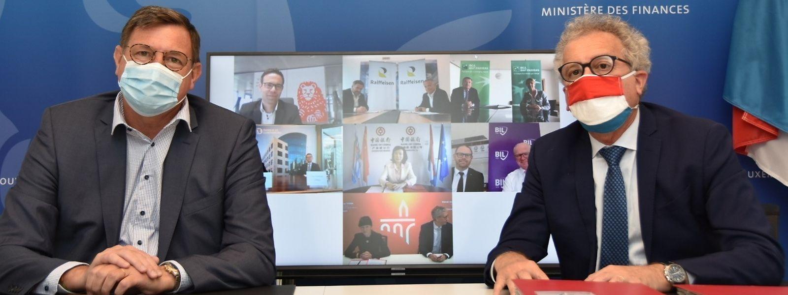 Sous les masques, vous aurez reconnu Yves Maas, vice-président de l'ABBL (à gauche) et le ministre des Finances Pierre Gramegna.