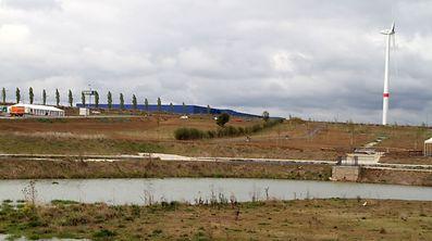 Parkanlagen und Weiher gehören zu dem ZARO-Projekt, das neue Maßstäbe in Sachen Ökologie setzen soll. Rund 80 Betriebe werden hier, unweit der blauen Halle eines Möbeldiscounters, angesiedelt.