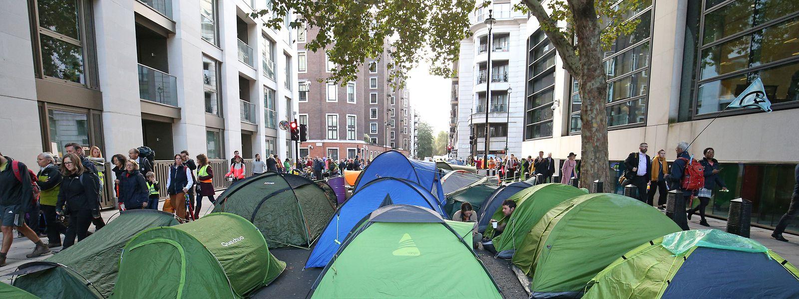 """Aktivisten der Klimabewegung """"Extinction Rebellion"""" haben Zelte auf der Horseferry Road aufgestellt und blockieren so die Straße."""