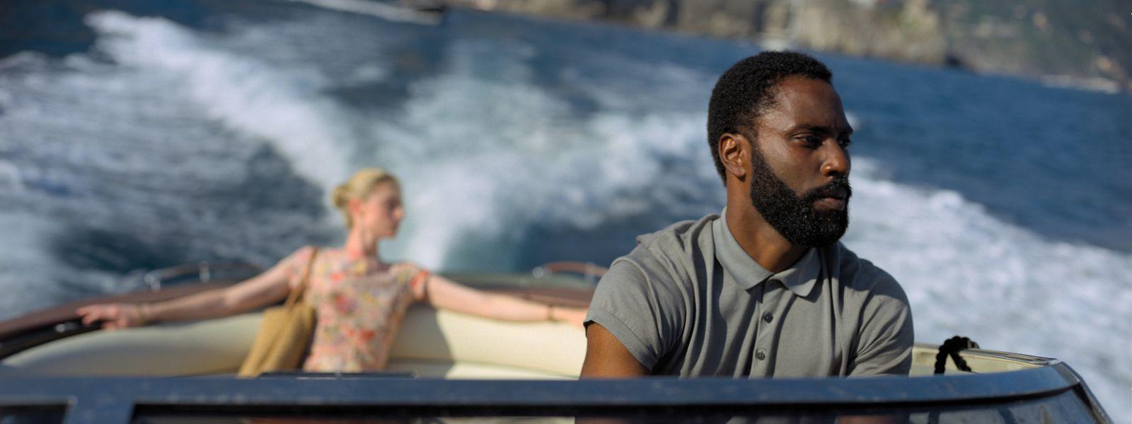 Unter anderem vor der malerischen italienischen Amalfi-Küste setzt Christopher Nolan seine futuristische Geschichte mit dem namenlosen Protagonisten (John David Washington) und Kat (Elizabeth Debicki) um.