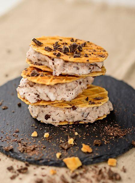 Aus Kokosmilch, Zucker, Reisdrink und Sojacreme sowie gehackter Schokolade wird auch ohne Milch Stracciatellaeis.