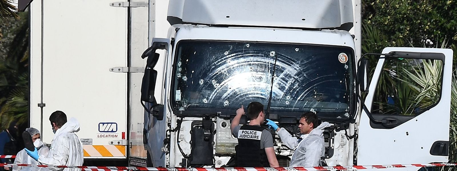Un camion a foncé dans la foule, provoquant la mort de 86 personnes. Le conducteur lui-même est abattu par des policiers.