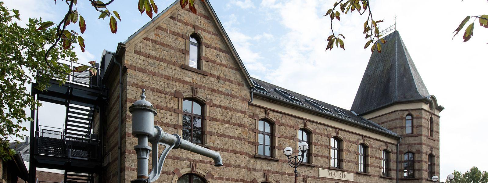 Neben dem Rathaus ist noch der Wasserkran erhalten, mit dem einst die Dampflokomotiven aufgetankt wurden.