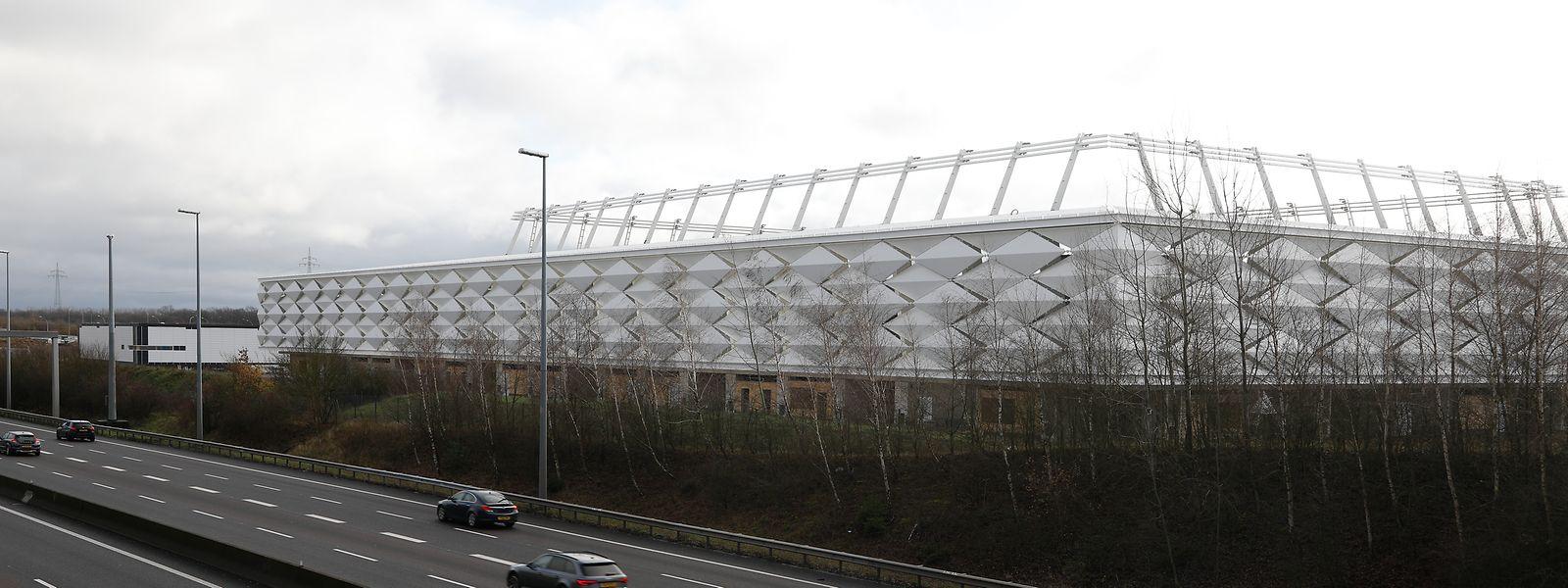 Das neue Fußballstadion sieht nur von außen bereits fast fertig aus.