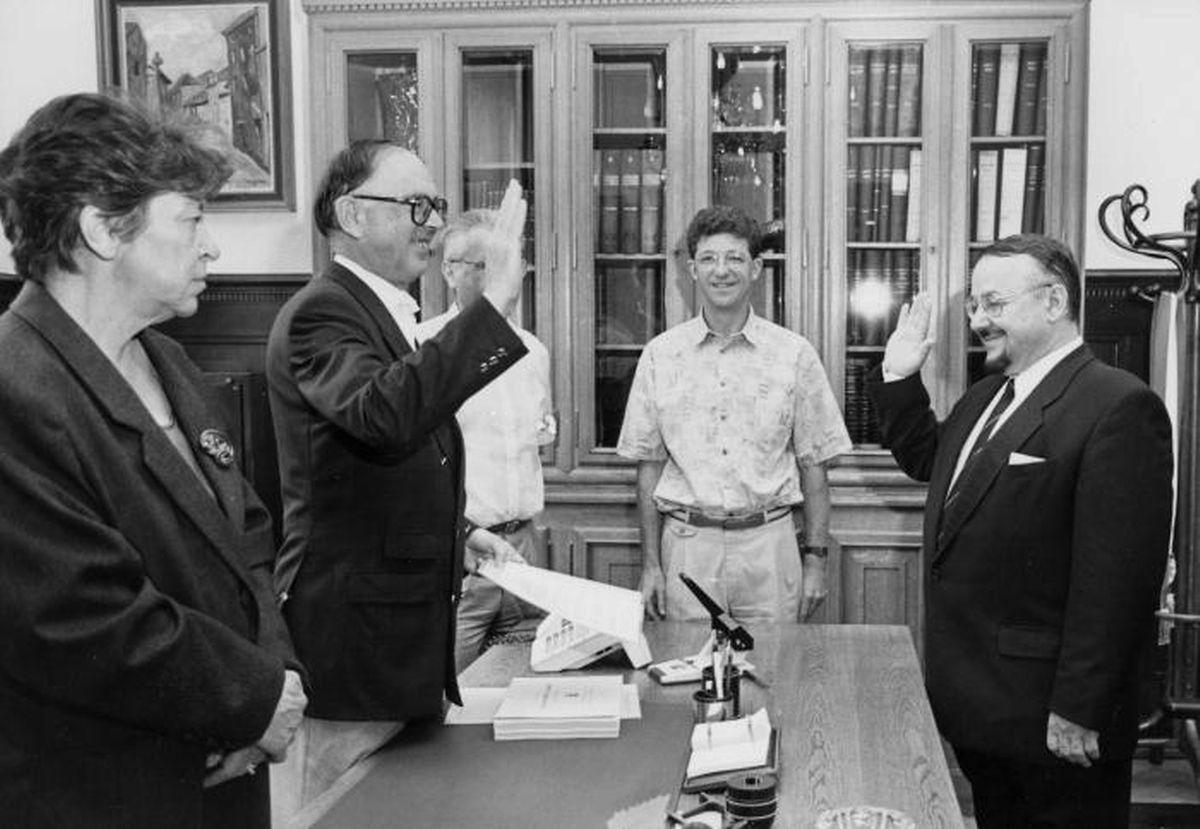 Josy Mischo prêtant serment en tant que nouveau conseiller CSV en 1992.
