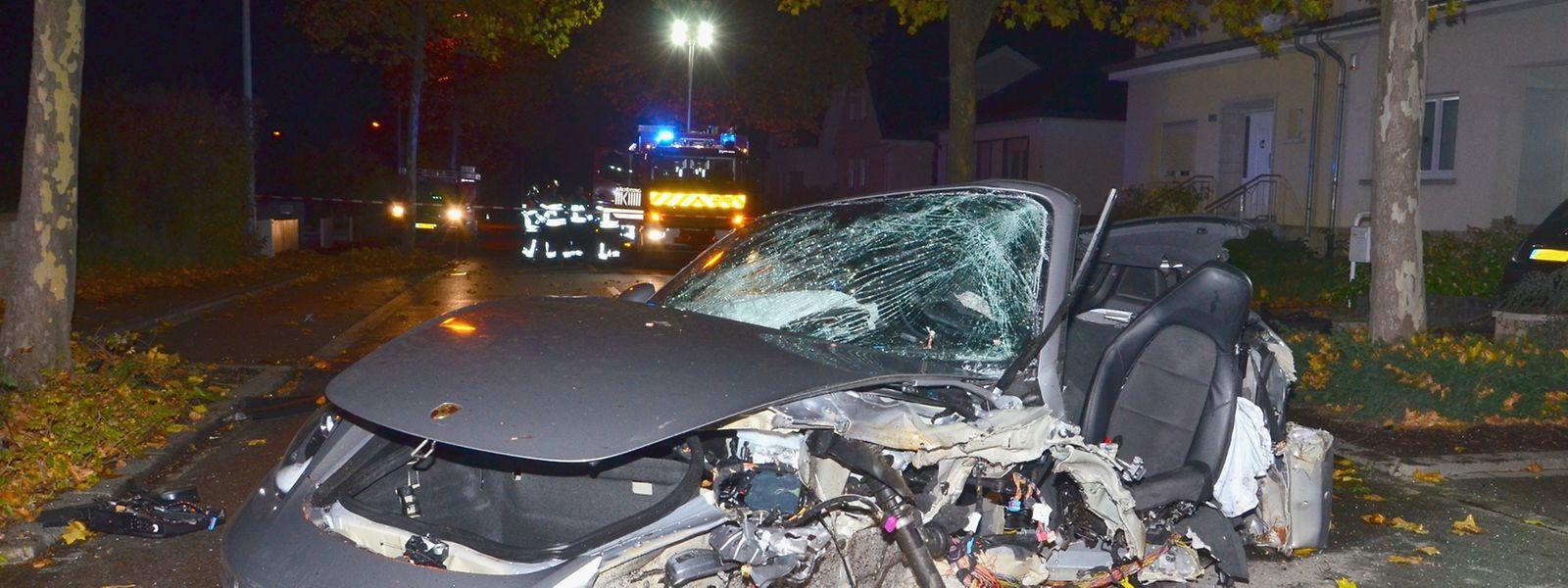 Der Wagen wurde nach dem Aufprall noch mehrere Meter weiter zurück auf die Straße geschleudert.