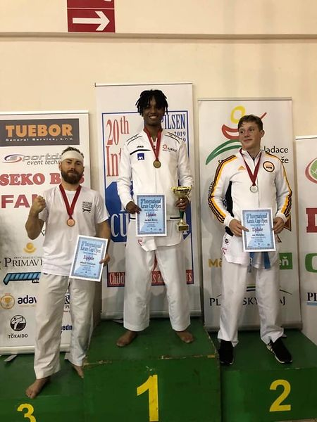 Jordan Neves, ao centro, com a medalha de ouro conquistada no fim de semana.