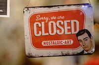 """16.12.2020, Berlin: Das Schild mit der Aufschrift """"Sorry we are CLOSED"""" hängt in einem Buchladen hinter einer Tür. In Deutschland tritt zur Eindämmung der Corona-Pandemie der harte Lockdown in Kraft. Die meisten Geschäfte, Schulen und Kitas werden dafür geschlossen. Foto: Kay Nietfeld/dpa +++ dpa-Bildfunk +++"""