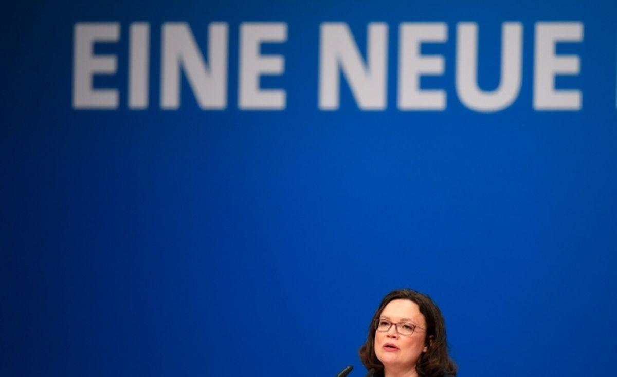 """Andrea Nahles spricht beim Außerordentlichen Bundesparteitag der Sozialdemokratischen Partei Deutschlands (SPD) unter dem Schriftzug """"Eine Neue""""."""