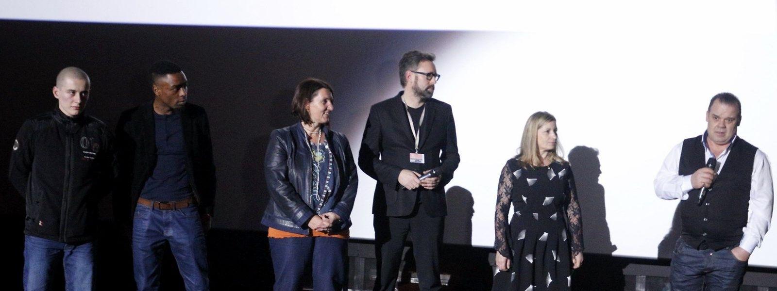A produtora do filme, Anne Schroeder (ao centro), com os quatro principais protagonistas, o luso-descendente Jonathan Latron Loureiro, o cabo-verdiano Carlos Borges, e os portugueses Isabel Oliveira e Fernando Santos.