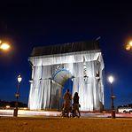 """Arco do Triunfo embrulhado """"para presente"""""""