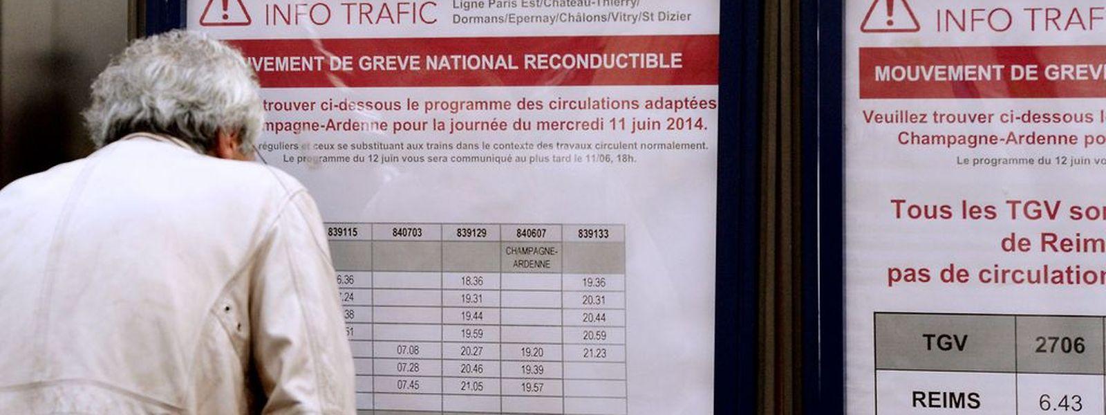 An der Pariser Gare de l'Est informiert sich ein Passagier über Verspätungen.