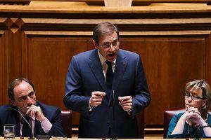 O primeiro-ministro, Pedro Passos Coelho (C) acompanhado pelo vice-primeiro-ministro, Paulo Portas (E) e pela ministra de Estado e das Finanças, Maria Luísa Albuquerque
