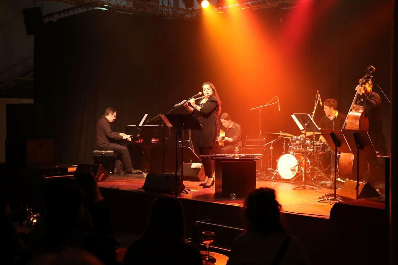 Luísa Vieira é a voz do grupo Inuk. A cantora de jazz, que vive em Portugal, assegura também a flauta-baixo