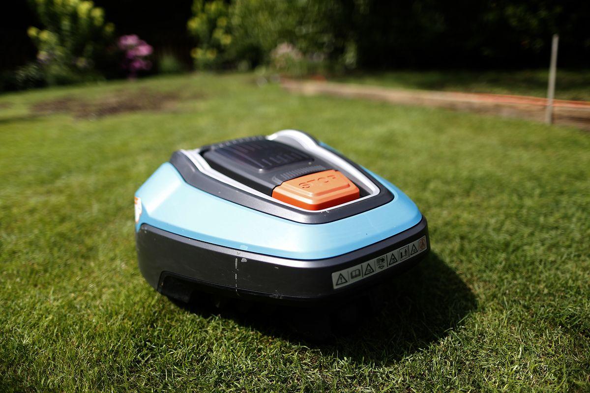 Der Rasenroboter gehört zu den beliebtesten smarten Gartengeräten im Handel. Er mäht selbstständig den Rasen - und meist besser, als es der Hobbygärtner hinbekommt.