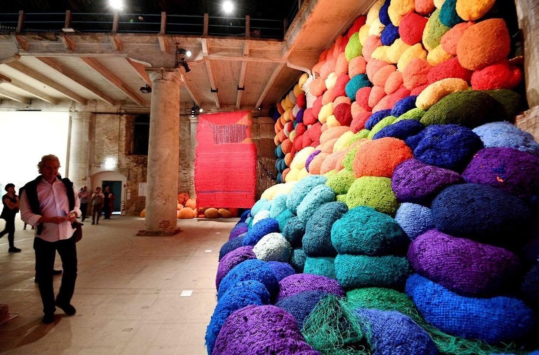 """Viel Gehäkel: Das Kunstwerk """"Escalade Beyond Chromatic Lands"""" der US-Künstlerin Sheila Hicks."""