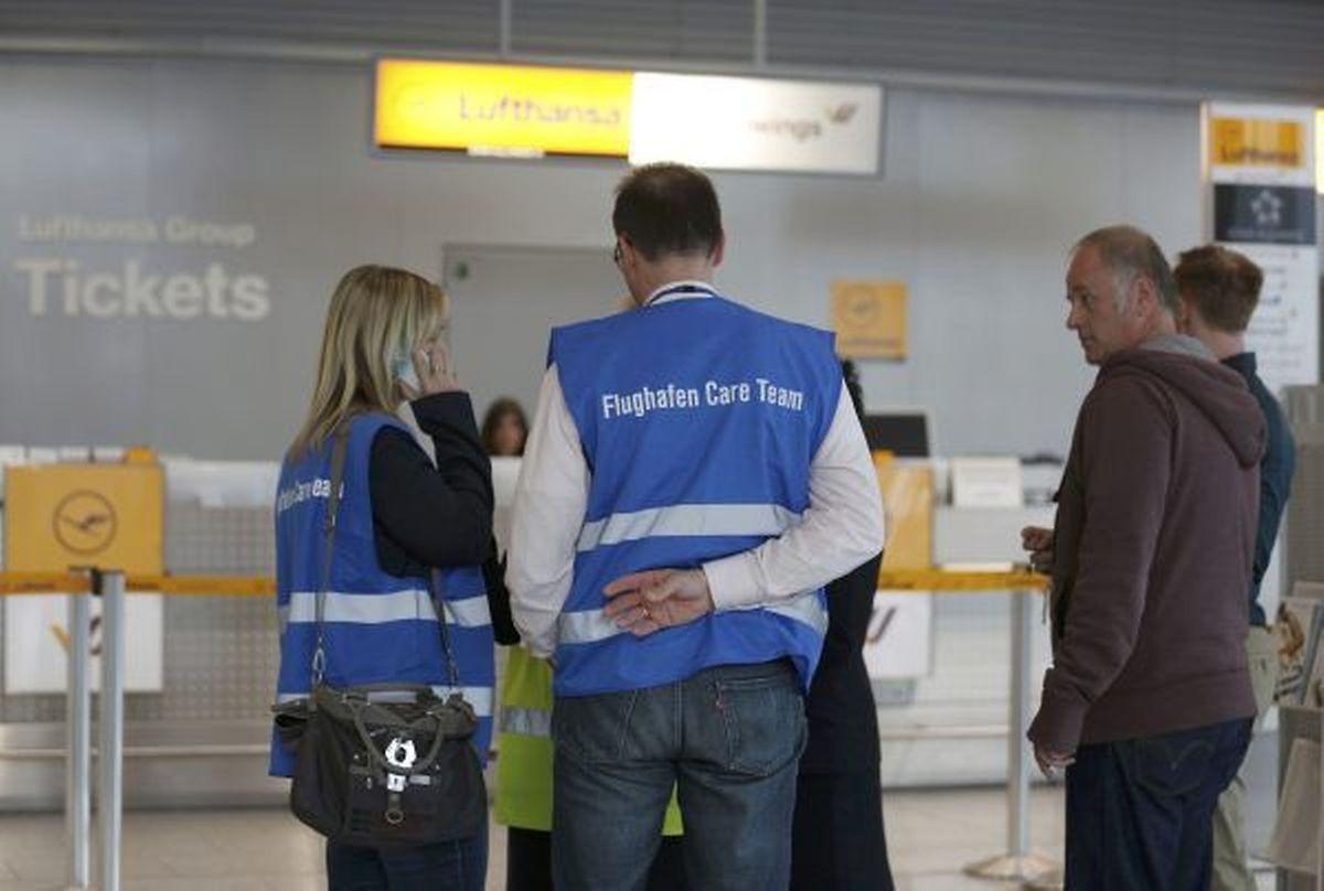 Mitglieder der Notfallseelsorge am Flughafen Düsseldorf kümmern sich um die Angehörigen der Opfer, die auf ihre Familienmitglieder warteten.