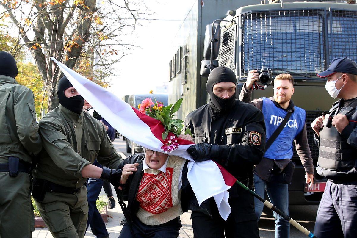 Die 73-jährige Nina Baginskaja bei ihrer Festnahme.