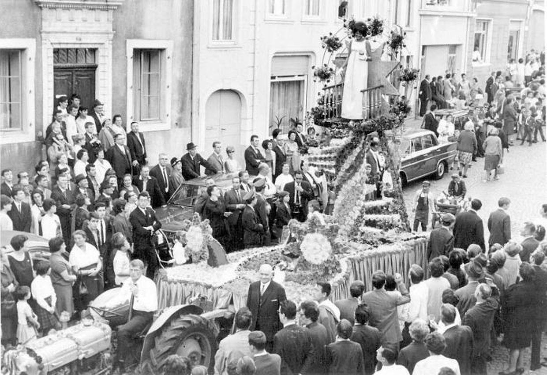 Am 26. September 1967 zieht der Ehrenwagen mit der Weinkönigin durch die von Menschentrauben gesäumten Gassen und Straßen des Winzerorts Grevenmacher.