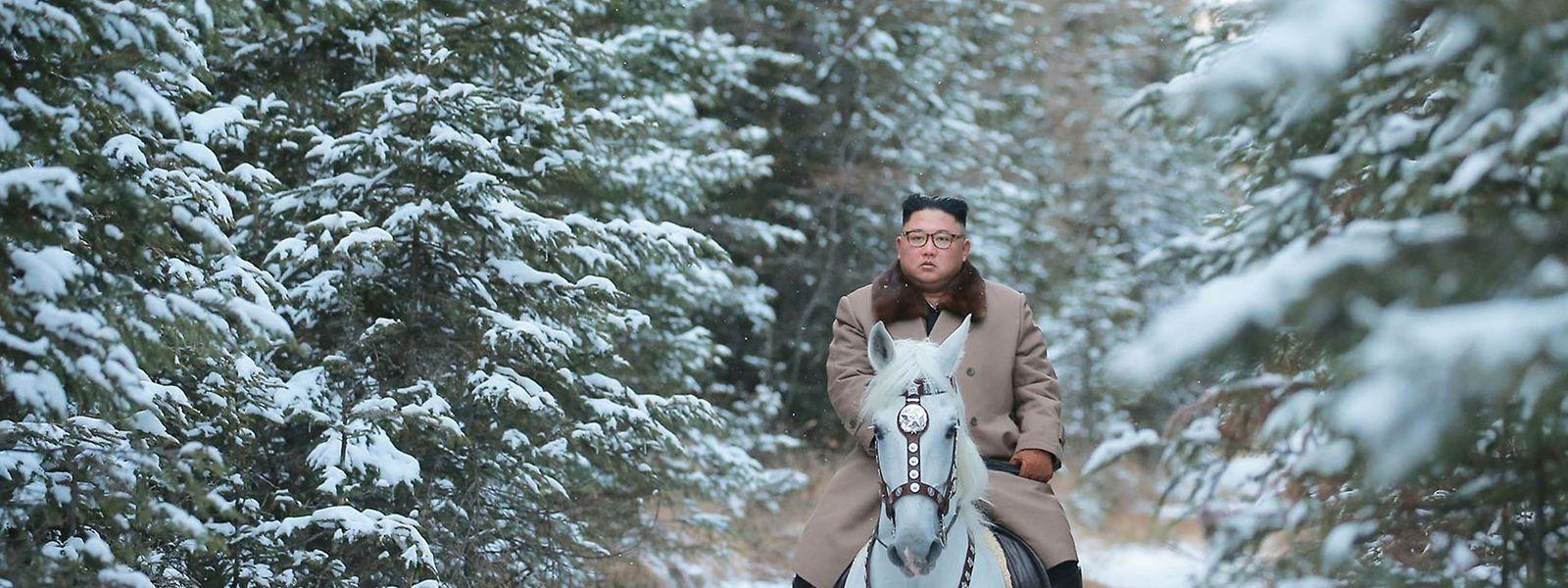 Klassische Propagandainszenierung: Machthaber Kim Jong Un lässt sich auf einem schneeweißen Pferd fotografieren.