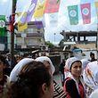 Les habitants de Bismil assistent au discours de Ziya Pir. Le mois dernier, 8 jeunes de la ville kurde ont été tués par la police.