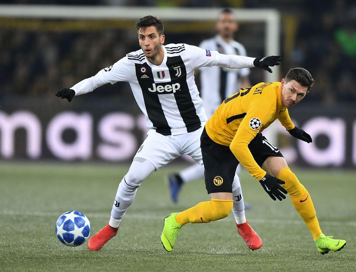 Le milieu de terrain uruguayen de la Juventus, Rodrigo Bentancur prend le Suisse Christian Fassnacht (Young Boys, en jaune) à contre-pied