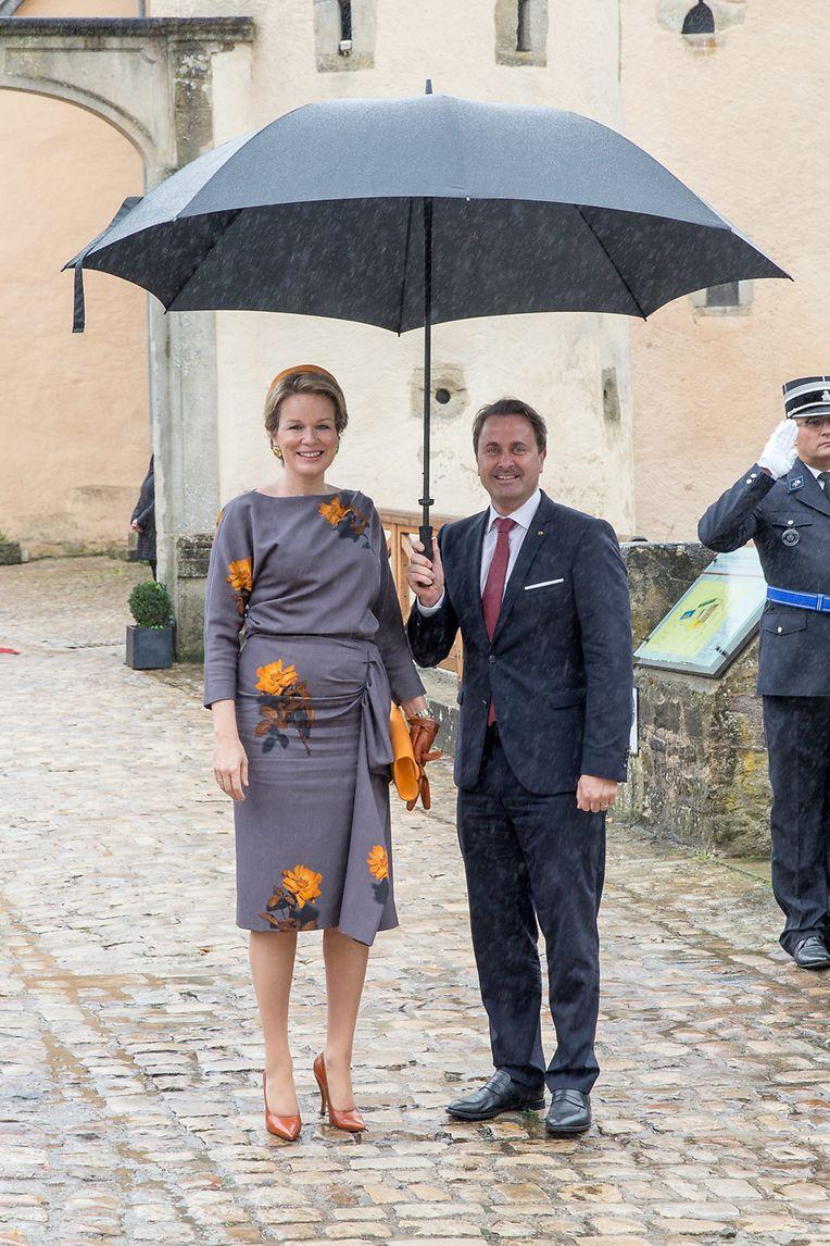 Königin Mathilde und Premierminister Xavier Bettel bei ihrer Ankunft am Schloss Burglinster.