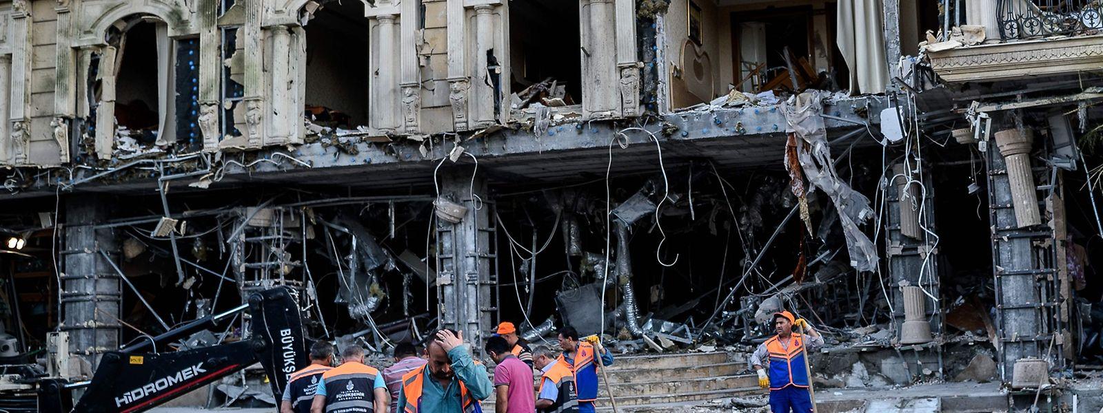 Am Dienstag wurde dieses Hotel in Istanbul durch einen Bombenanschlag zerstört. Am Mittwoch dann das nächste Attentat - dieses Mal in Midyat.