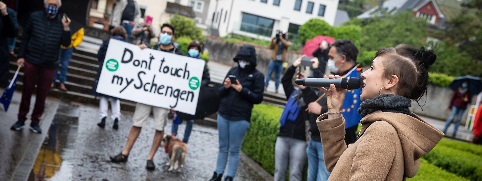 Eine Gruppe der Jungen Europäischen Föderalisten demonstriert am Europatag in Schengen für offene Grenzen.