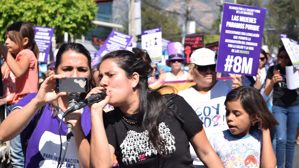 In den ländlichen Bezirken von Cuscatlan und Cabanos, östlich der Hauptstadt San Salvadore, unterstützt die Partnerorganisation COLLECTIVA FEMINISTA junge und heranwachsende Frauen, die verschiedenen Formen von Gewalt, Diskriminierung und Ausgrenzung ausgesetzt sind.