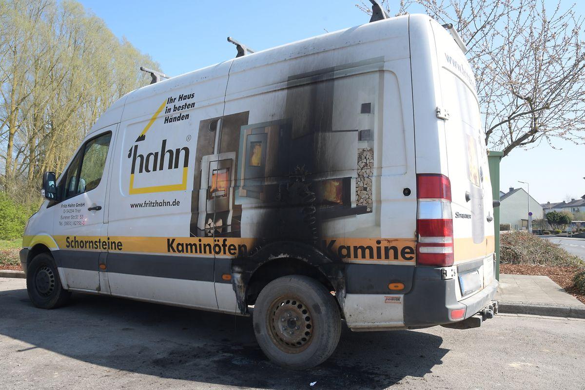 Gegen 3.30 Uhr hatte in der Nacht zum Samstag ein unbekannter Täter versucht, einen Reifen dieses Lieferwagens in Brand zu stecken.