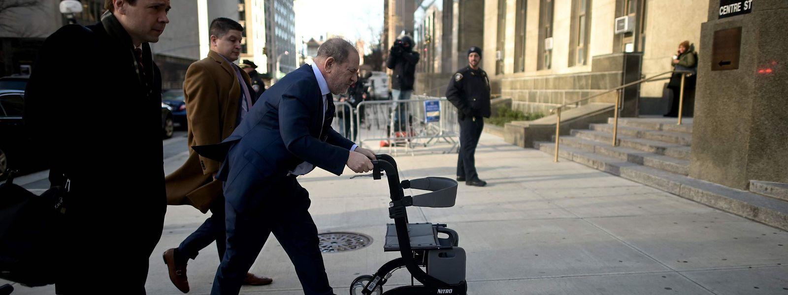 Harvey Weinstein kommt am Freitagmorgen bei dem New Yorker Gerichtsgebäude an, in dem sein Prozess geführt wird.