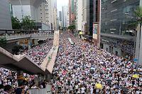 09.06.2019, Hongkong: Zehntausende demonstrieren gegen das von der Regierung geplante Auslieferungsgesetz.  Kritiker befürchten, dass Chinas Justiz durch das Gesetz die Auslieferung von Verdächtigten und Regimekritikern aus der früheren britischen Kronkolonie beantragen könnte, ohne dass deren Rechte ausreichend geschützt würden. Foto: Erin Hale/dpa +++ dpa-Bildfunk +++