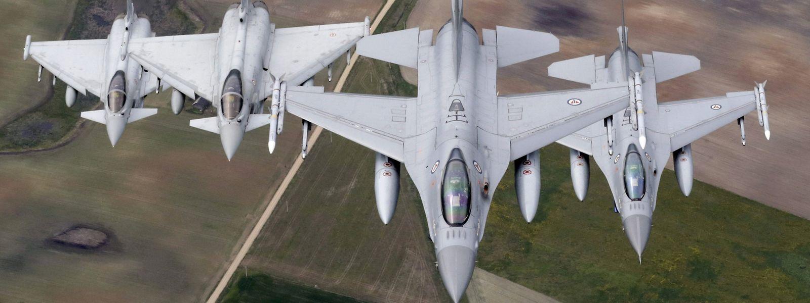 Norwegische F16 und italienische Eurofighter bei einem gemeinsamen Einsatz im Baltikum.