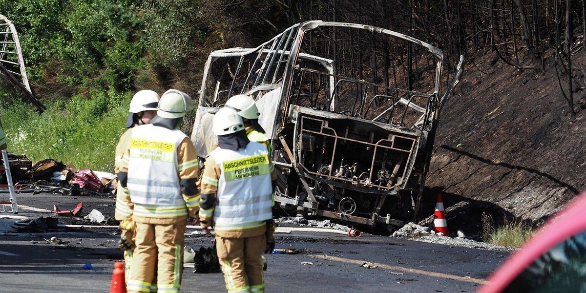 Nach einem Aufprall mit einem Laster brannte das Unglücksfahrzeug vollständig aus.