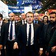Photo du 24 février montrant le président Emmanuel Macron flanqué de l'agent de sécurité Alexandre Benalla (2e à dr.)