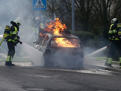 Feu de voiture a Merl, Luxembourg, le 28 Mars 2017. Photo: Chris Karaba