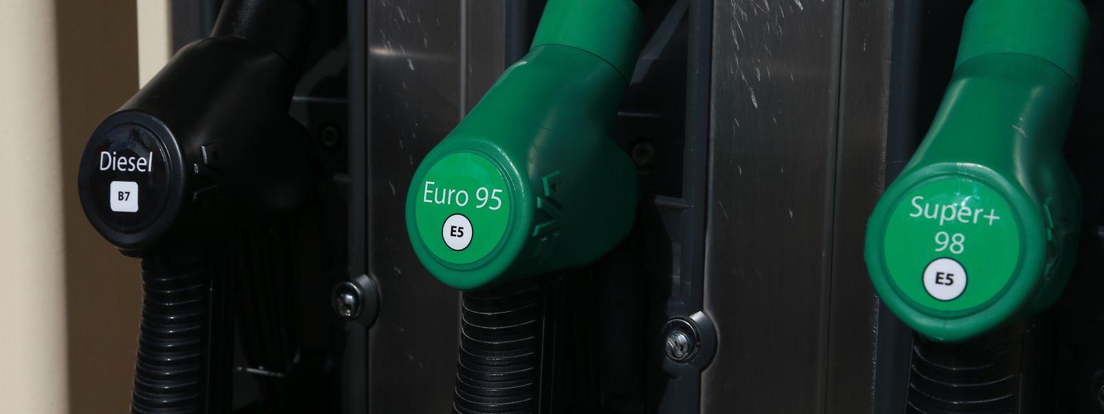 Volltanken wird ab Mitternacht vor allem für Fahrer von Benzinern teurer.