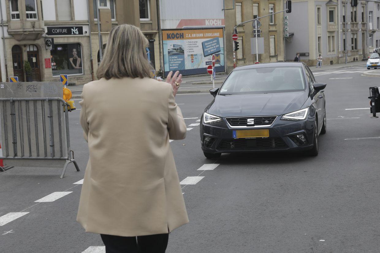 Selbst Bürgermeisterin Lydie Polfer hatte Mühe, Autofahrer davon abzubringen, entgegen der Fahrtrichtung in die Einbahnstraße einzufahren.