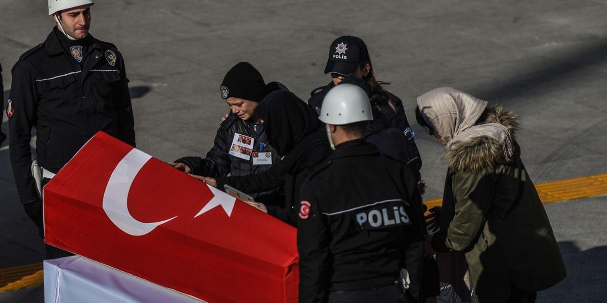 «Tôt ou tard, nous nous vengerons», a assuré le ministre de l'Intérieur Süleyman Soylu lors des funérailles de cinq policiers tués.