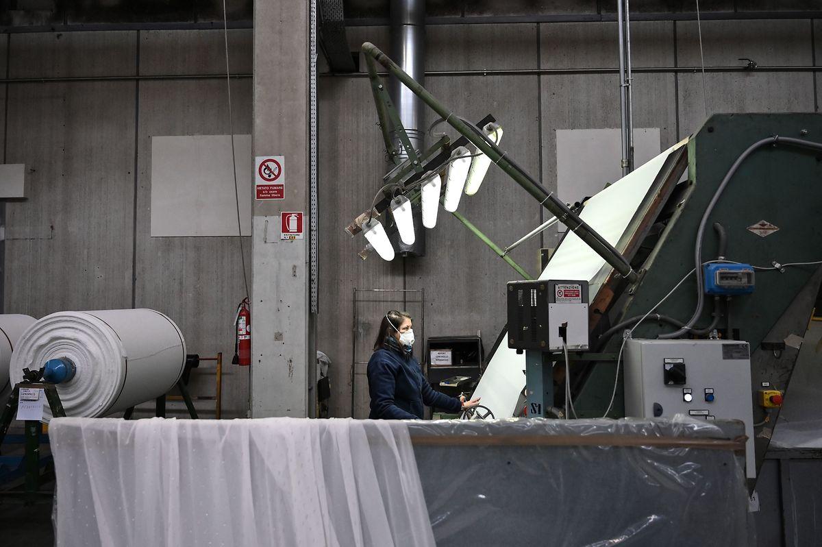 Auch in einer Textilfabrik in Govone im Nordwesten Italiens wurde die Produktion kurzfristig auf die Herstellung von Masken umgestellt.