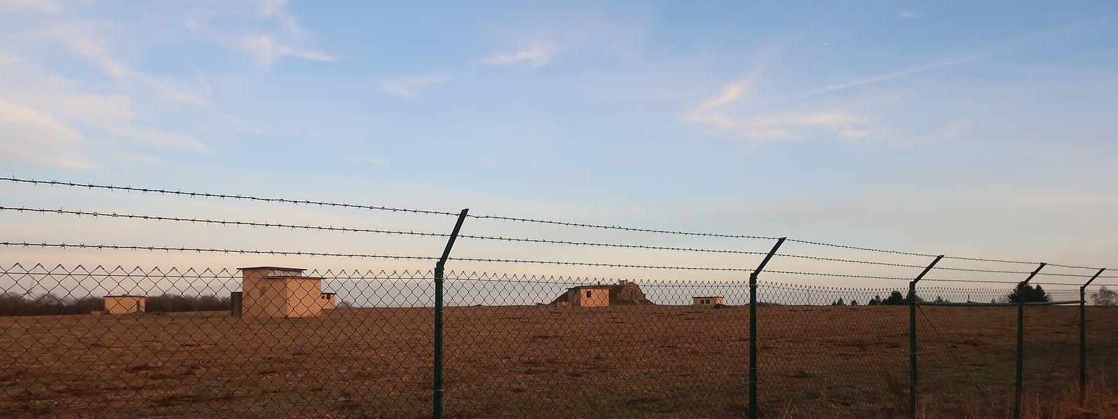 Wo früher mehrere RTL-Sendemasten standen, sollte eigentlich eine Flüchtlingsunterkunft gebaut werden. Momentan tut sich auf dem in staatlicher Hand befindlichen Gelände allerdings nichts.