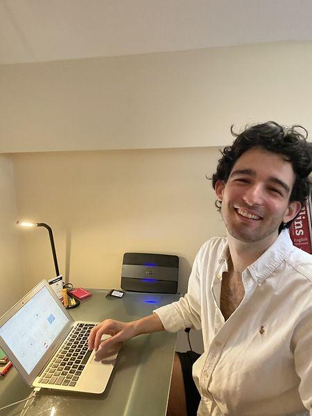 André Neto é gestor de comunicação de uma marca de design londrina desde fevereiro de 2020.