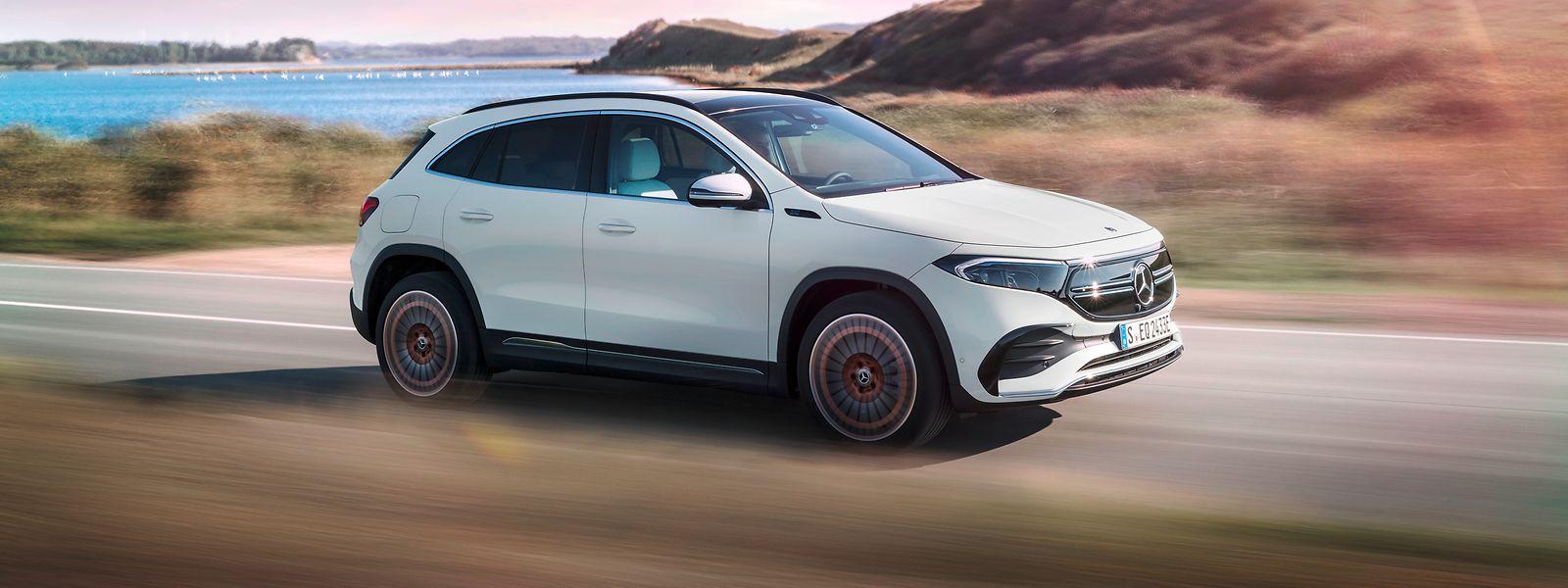 Als enger Verwandter des GLA bringt der Mercedes-Benz EQA dessen Eigenschaften mit und kombiniert sie mit einem effizienten Elektroantrieb.