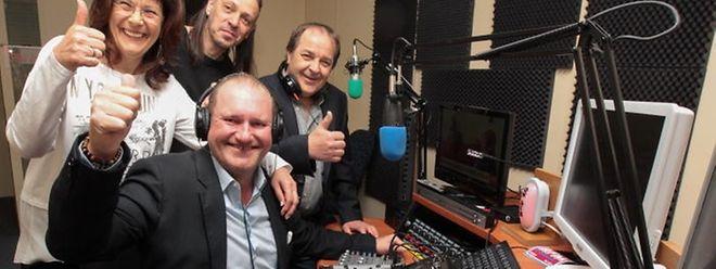 Airfm-Programmdirektor Claude Trierweiler (Mitte) und Präsident Georges Schweich (rechts) freuen sich mit dem Team auf den Sendestart.